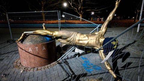 Estatua de Zlatan Ibrahimovic derribada en Malmo