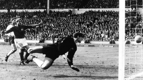 Muere Hans Tilkowski, el portero que vio entrar el 'gol fantasma'