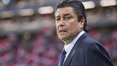 Luis Fernando Tena renueva con Chivas por un año y medio más