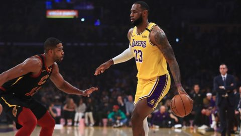 LeBron es 8° en asistencias en historia y Lakers supera a Cavaliers