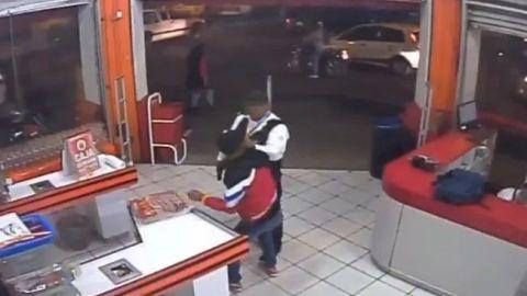 VIDEOS: Policía somete a ladrones, pero lo atacan por la espalda en Morelos