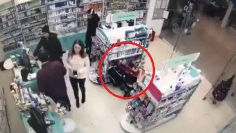 VIDEO: Padres usan a su hija en una carriola para robar en tienda