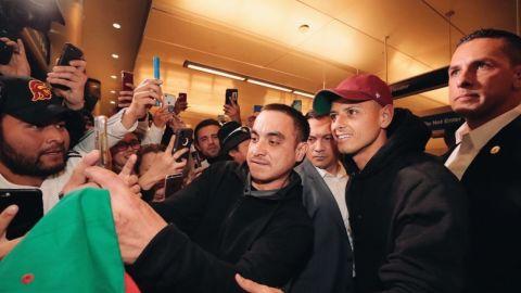 Chicharito no pudo salir del aeropuerto de Los Ángeles