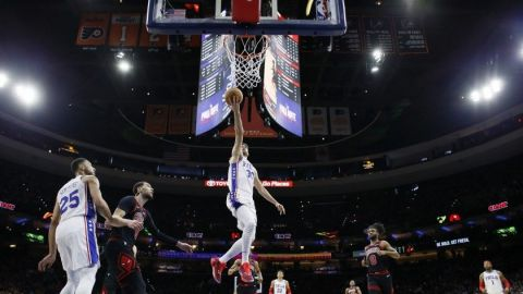 Korkmaz anota 31 puntos y 76ers vencen a Bulls