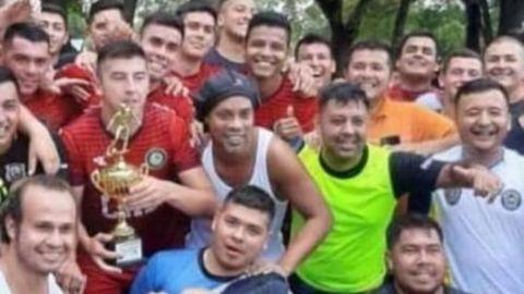 Ronaldinho gana torneo en prisión; le dan un cerdo de 15 kilos