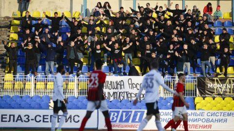 """""""Mejor morir de pie"""": Se sigue jugando fútbol en Bielorrusia"""