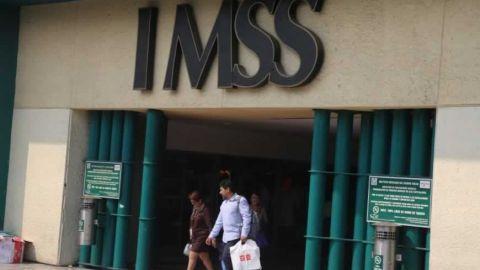 Largas filas de pensionados del IMSS en tiempos de contingencia