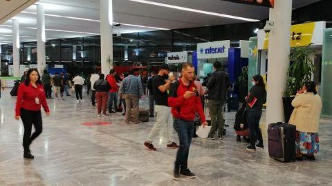 FOTOS: Continúan sin sana distancia en Aeropuerto de Tijuana