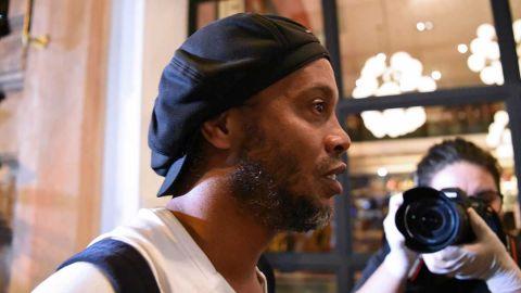 Ronaldinho no pierde el humor en lujoso hotel