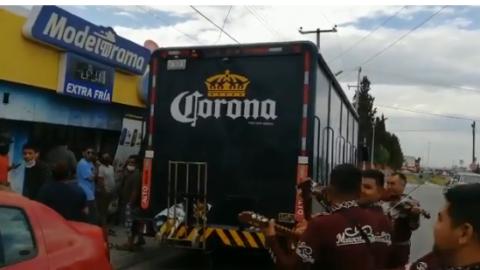 VIDEO: No todos los héroes llevan capa, llevan cerveza y les aplauden