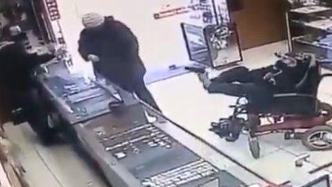 ''Asalto a pata armada'' Hombre manco intenta robar una joyería (VIDEO)