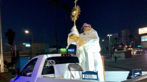 Sacerdote predica desde una camioneta en Tijuana por coronavirus