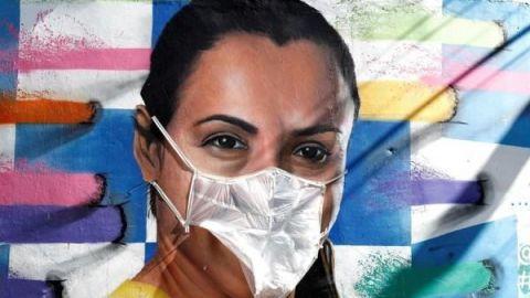 Artista pone mascarillas a grafitis para alertar del COVID-19 en Brasil