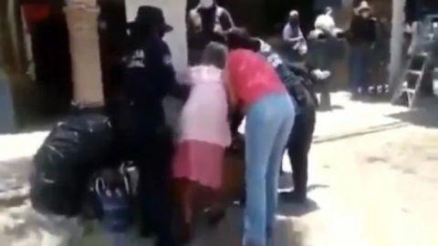 ¡NO APRENDE LA POLICÍA! | Por no usar cubrebocas, policías someten a viejita