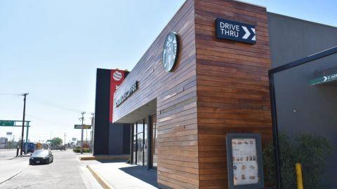 Empleados de Starbucks se revelan ante brote de COVID-19
