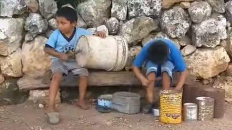 VIDEO: Niños indígenas hacen música con latas y cubetas en Yucatán