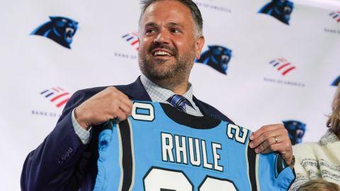 Matt Rhule, coach de Panthers, considera arrodillarse durante ceremonia de himno