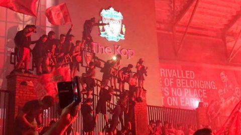 Policía de Liverpool advierte por contagios tras festejos