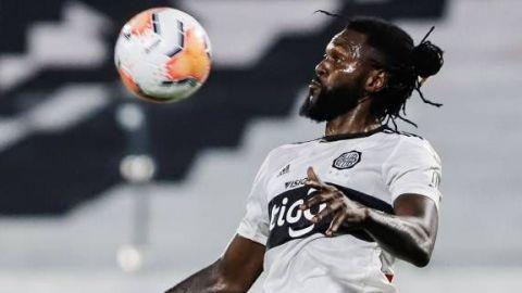 Sin goles y una expulsión, Adebayor se despide de Olimpia