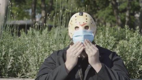VIDEO: Jason de 'Viernes 13' promociona el uso del cubrebocas