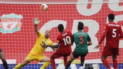 Liverpool pasa la resaca y hunde al Aston Villa