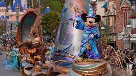 Largas filas en el día de apertura de la zona comercial de Disneyland