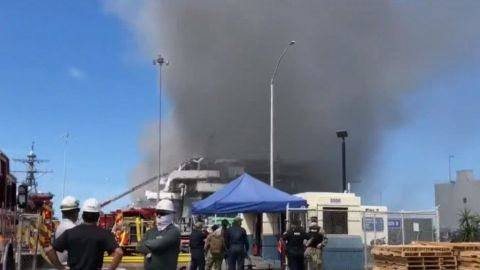 Barco de guerra de EU arde en base naval de San Diego después de una explosión