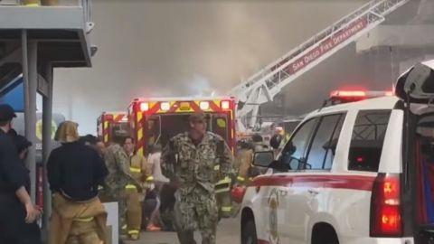 """18 marineros heridos por incendio """"de 3 alarmas"""" de un barco de guerra en EU"""