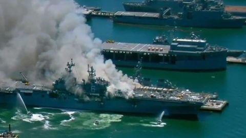 Continúan esfuerzos para apagar incendio en barco de la marina