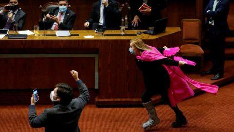 VIDEO: Diputada chilena celebra nueva reforma corriendo como Naruto
