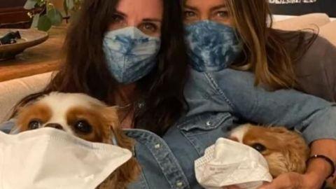 Jennifer Aniston y Courteney Cox piden usar cubrebocas contra Covid