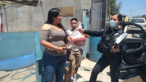 Entregan policías despensas a familias en situación de vulnerabilidad