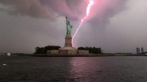 #Video Rayo impacta detrás de la Estatua de la Libertad