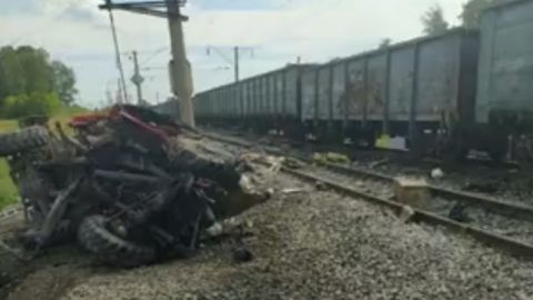 🎥 VIDEO: ¡IMPACTANTE! camión de bomberos se estrella contra tren en movimiento