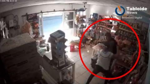 🎥 VIDEO: Dueña de ''tiendita'' le da una paliza 🤣 a un ladrón ARMADO