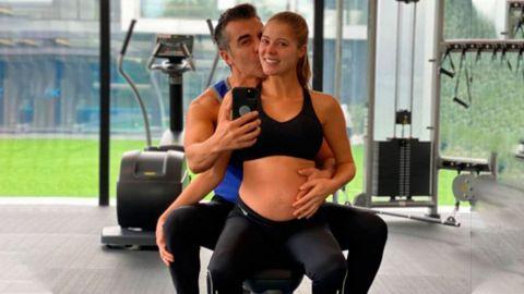 Feliz y enamorada, novia de Adrián Uribe muestra su pancita
