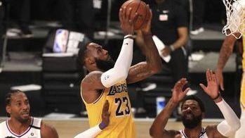 LeBron da triunfo a Lakers, al retomarse la campaña
