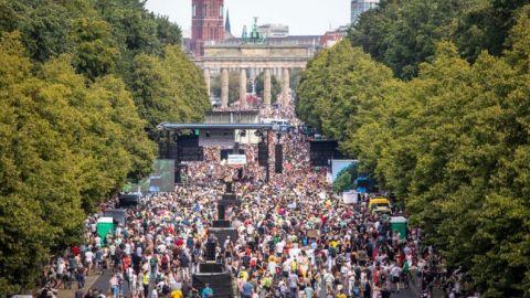 Miles de personas exigen en Berlín el fin de las restricciones por el COVID