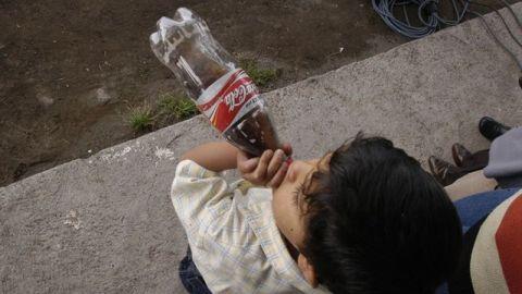 Prohíben la venta de refrescos a niños