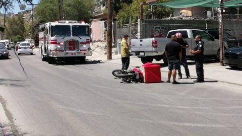 Motociclista repartidor choca contra vehículo