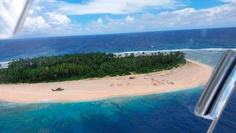 """Rescatan a 3 hombres en isla desierta tras escribir enorme """"SOS"""" en la arena"""
