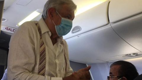 Con cubrebocas, AMLO y Gutiérrez Müller abordan vuelo rumbo a CDMX