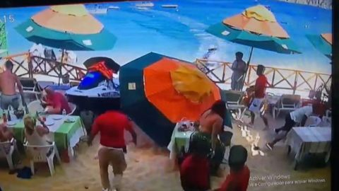 🎥 VIDEO: Moto acuática arrolla a vendedora de artesanías y comensales