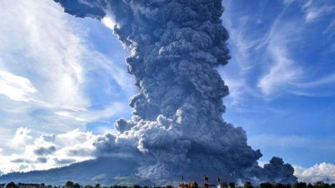 El volcán indonesio Sinabung expulsa una columna de ceniza de 4.500 metros