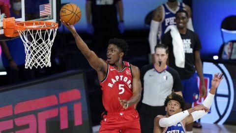 Raptors remontan ante 76ers; 1er triunfo de Griffin