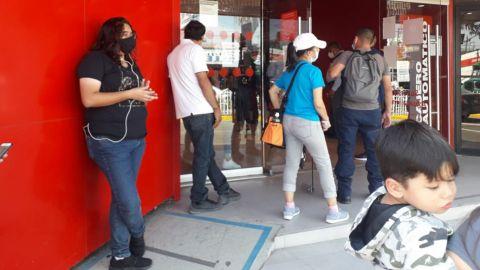 Tráfico, largas filas y sin sana distancia en Tijuana