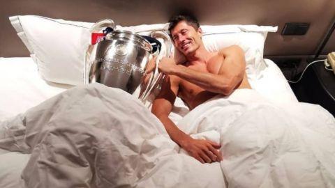 """Robert Lewandoski """"durmió"""" con el trofeo de la Champions League"""