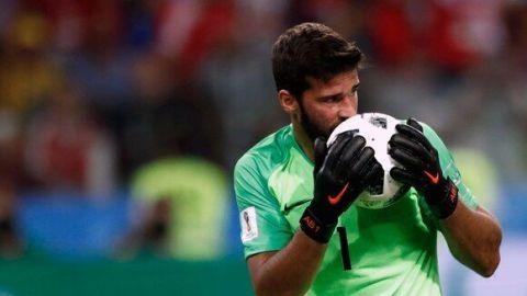 Multan con más de mil dólares a futbolista por besar balón