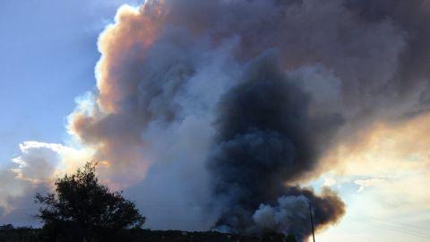 Continúan evacuaciones por fuerte incendio en San Diego