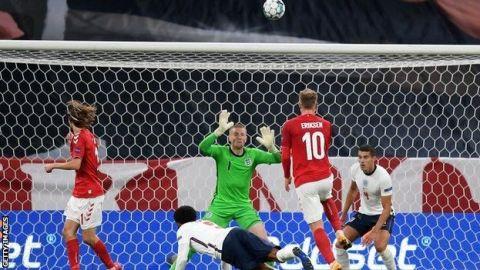 Inglaterra salva un empate en un gris partido en Copenhague
